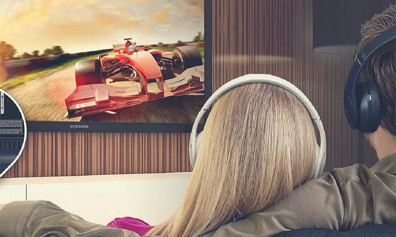 kak podkluchit naushniki k televizoru